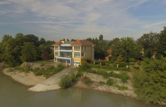 We are offering for sale a renewed unique villa house on the coast of River Danube in district 3.