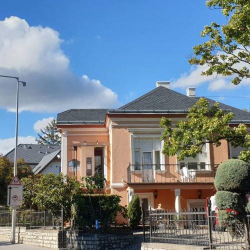 Balatonfüred történelmi óváros részében található Kastély