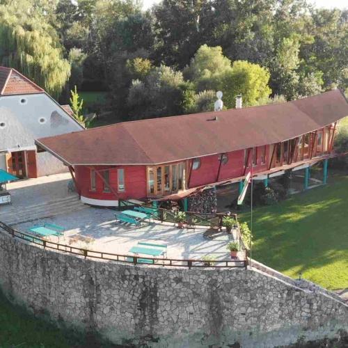Luxusvilla a Duna parton saját kikötővel termálforrással